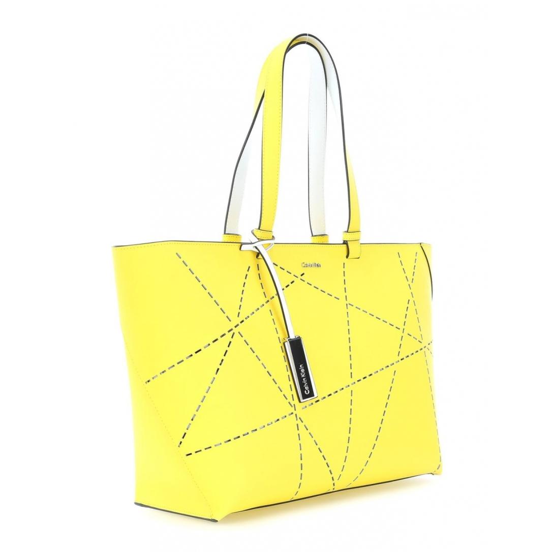 Bolso en el color de moda amarillo limón