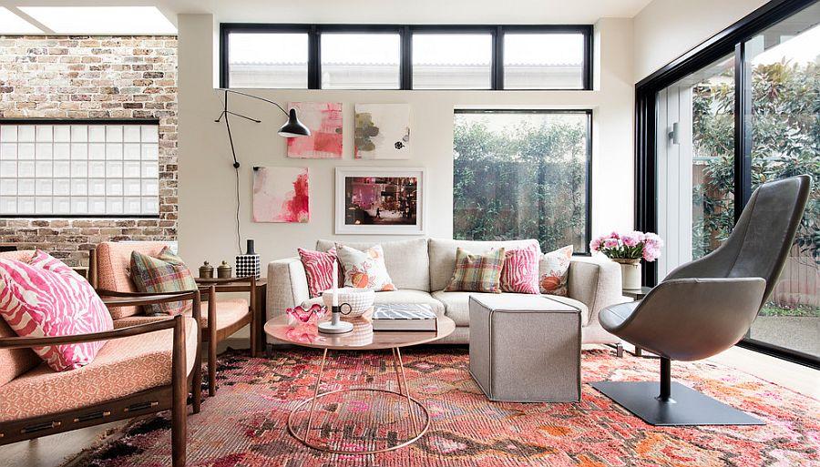 Un salón rosa clásico y refinado