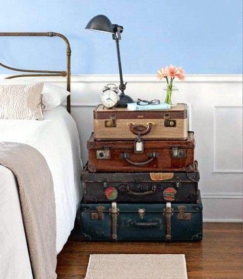 mesitas de noche con maletas antiguas