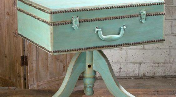 mesita auxiliar con maleta vintage