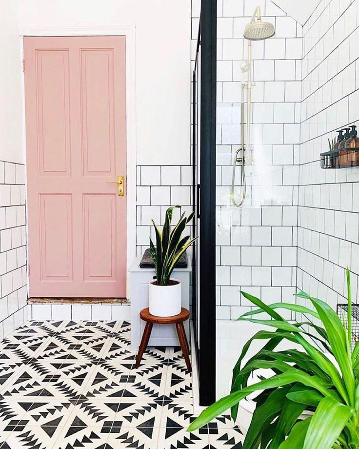 puerta-rosa-para-un-baño