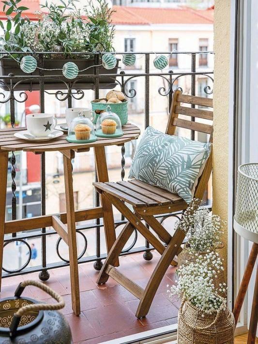 desayuno-en-un-balcon-pequeno
